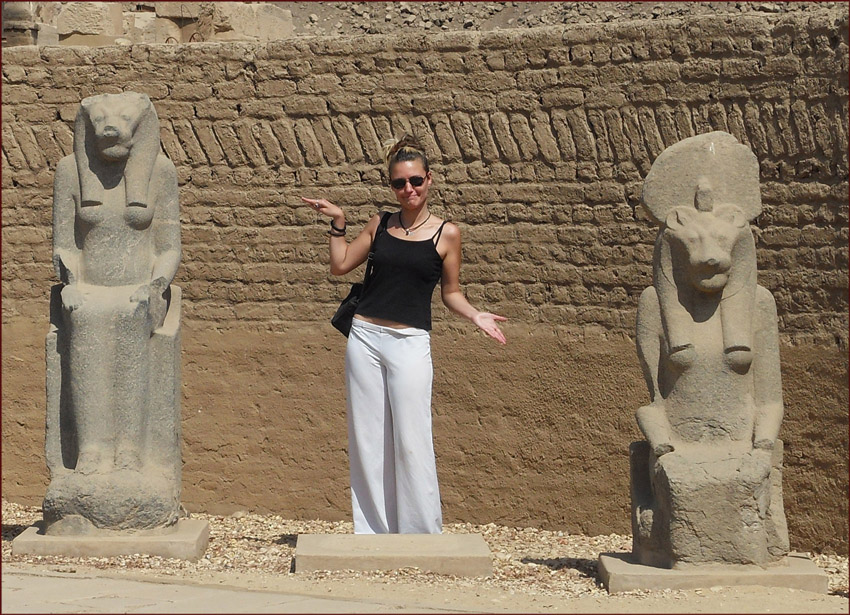 Karima standing between two Sekhmet statues